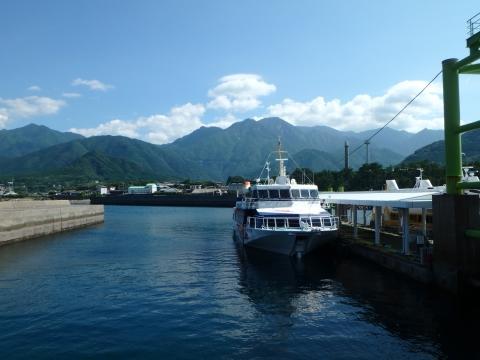 宮之浦港と屋久島の山々